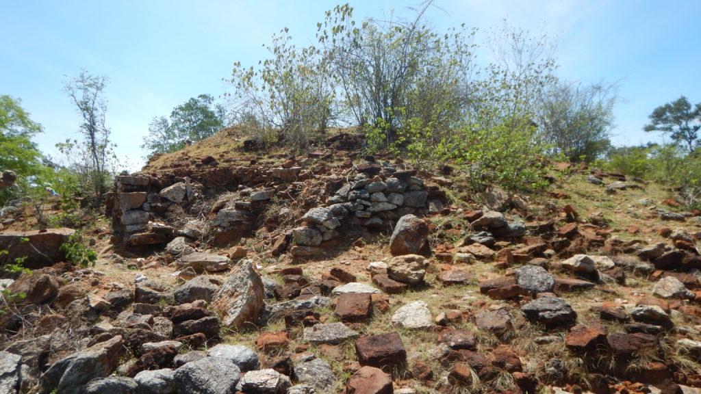 方形基壇も伏鉢も完全に崩落した仏塔跡。頂上には盗掘跡があった。