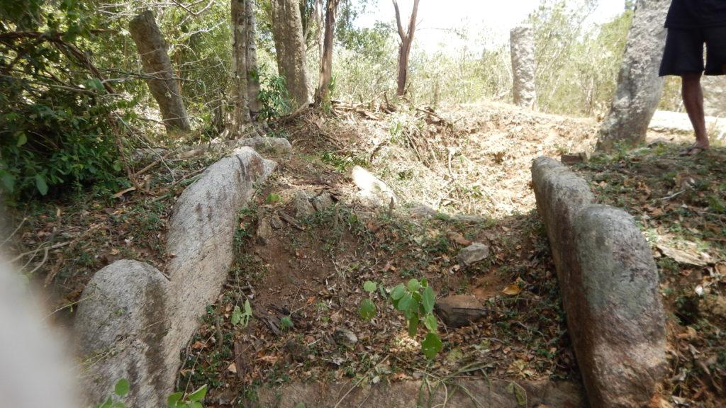 布薩堂の入り口は東側を向き、ここも盗掘されて幻獣マカラの像が刻まれた階段手摺のみが残されていた。
