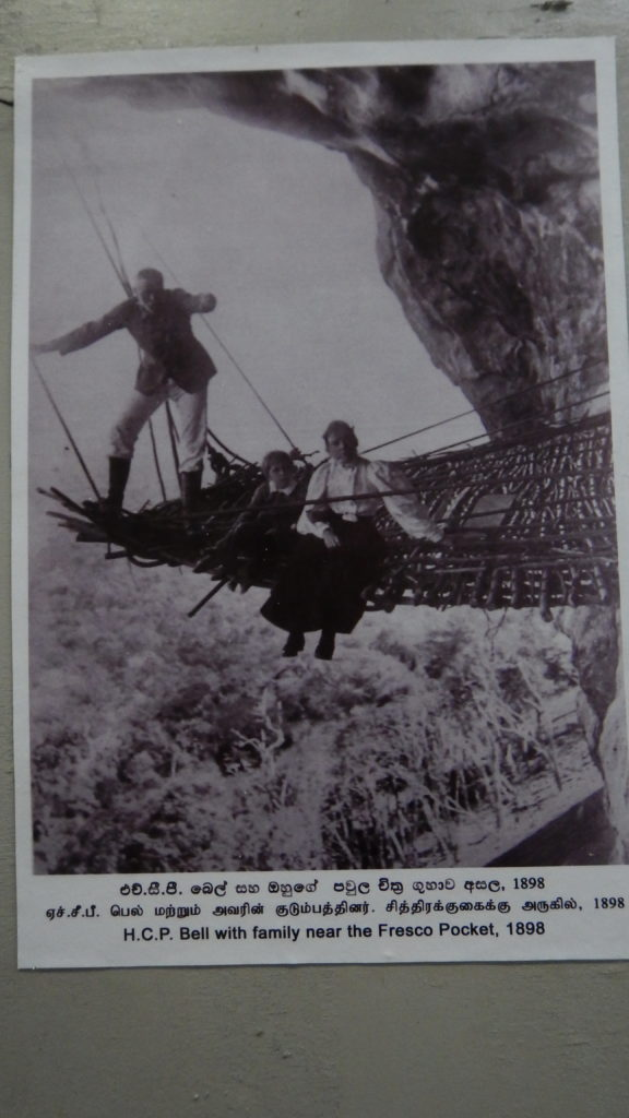 断崖の調査現場に家族を伴ったベルの珍しい写真。