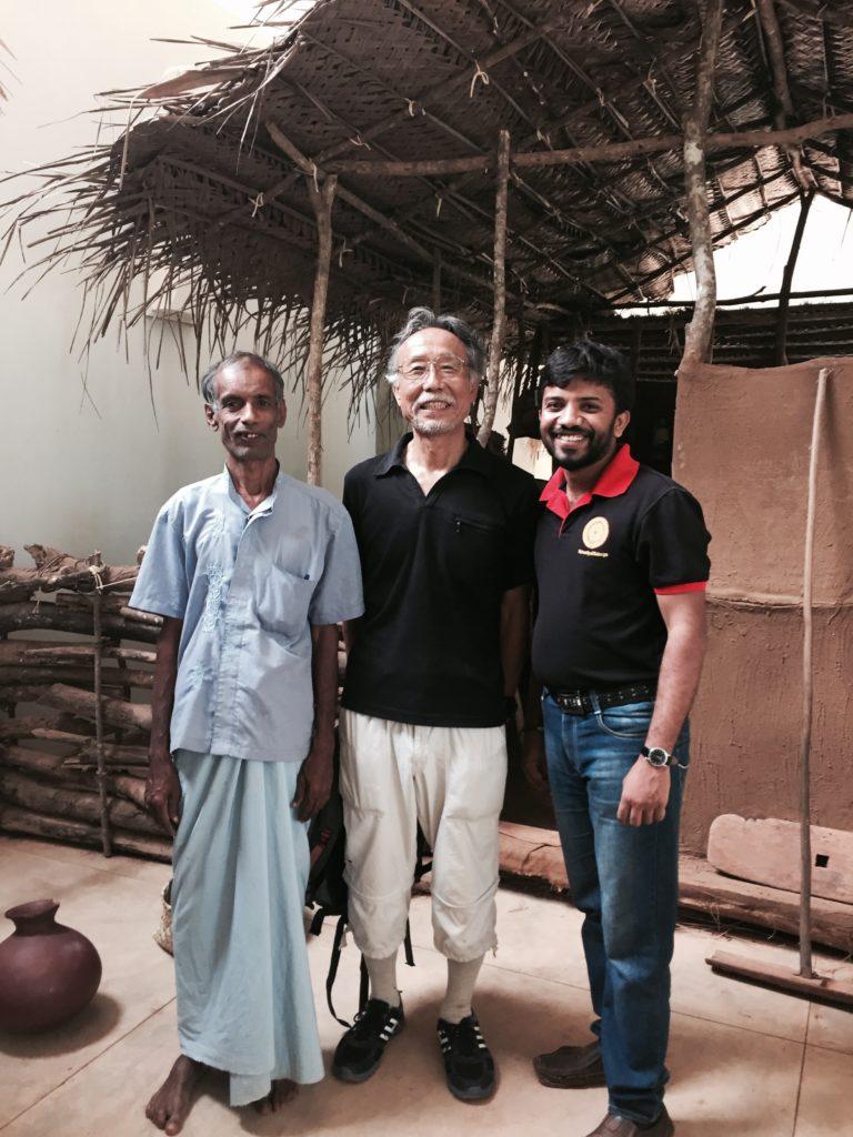 博物館を案内してくれたワサンカ氏(右側の髭の青年)。